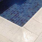 Piso borda para piscina Linha Joaquina PisoMix Pisos - Detalhe Acabamento borda Peito de Pombo. Cor branca. Florianópolis SC