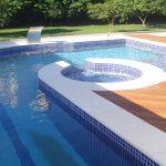 Piso cimentício Linha Joaquina - Borda para piscina semi boleada. Cor branca. Florianópolis SC.