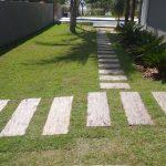 Obra - Passeio com Linha Arvoredo PisoMix Pisos - Dormente Cimenticio com a textura da madeira - Instalação rápida e prática, sem a necessidade de contrapiso.